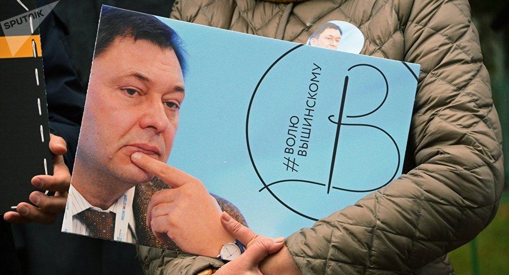 Activista con la imagen del director del portal RIA Novosti Ukraina, Kiril Vishinski (archivo)