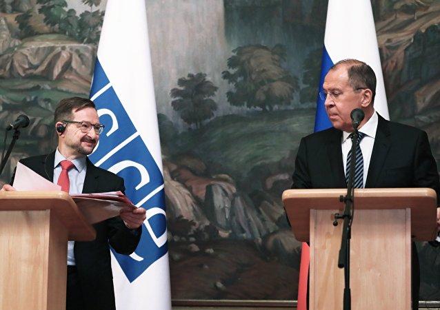 El secretario general de la OSCE, Thomas Greminger, y el ministro ruso de Exteriores, Serguéi Lavrov, en una rueda de prensa tras finalizar una reunión en Moscú