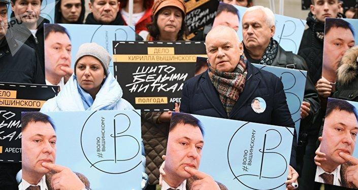 Margarita Simonián, directora de Sputnik y Dmitri Kiseliov, director general del grupo mediático Rossiya Segodnya (matriz de Sputnik), en el mitin de apoyo a Vishinski