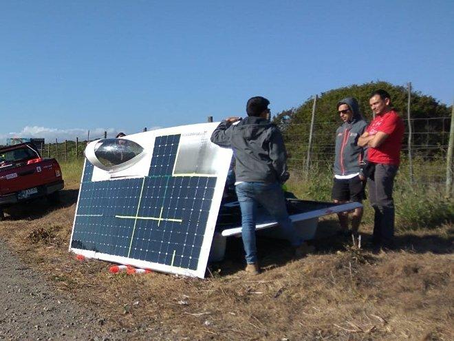 El vehículo Punch II, ganador de la Carrera Solar Atacama, mientras se carga al sol