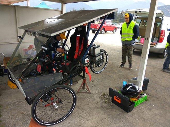 Un vehículo en la Carrera Solar Atacama