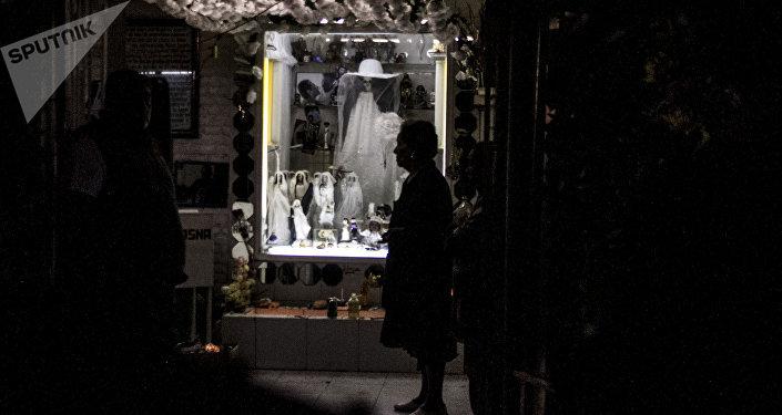 Doña Queta se prepara para recibir el día de muertos en el altar de la Santa Muerte en Tepito