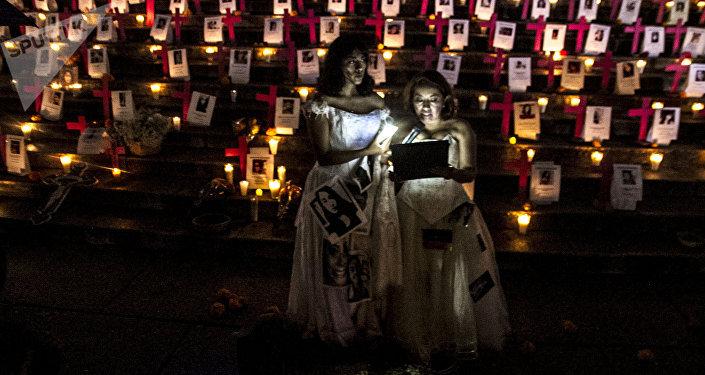 En el Ángel de la Independencia familias de 120 mujeres asesinadas en México, colocaron cruces rosas con sus nombre como protesta por la falta de atención y la criminalización a las victimas de feminicidios en el país