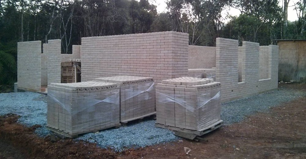 El proceso de construcción de las paredes con ladrillos ecológicos