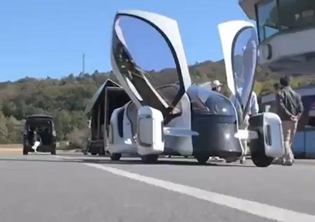 Un prototipo de auto eléctrico fabricado de plástico reforzado con fibra de carbono, probado en el Centro Japan Cycle Sports