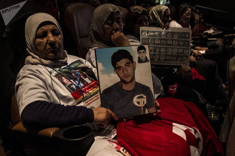Presidenta de la Asociación de Madres de Desaparecidos de Túnez, Fatma Kasraoui muestra la foto de su hijo desaparecido en 2011 durante uno de los eventos del 8° Foro Social Mundial de la Migraciones.