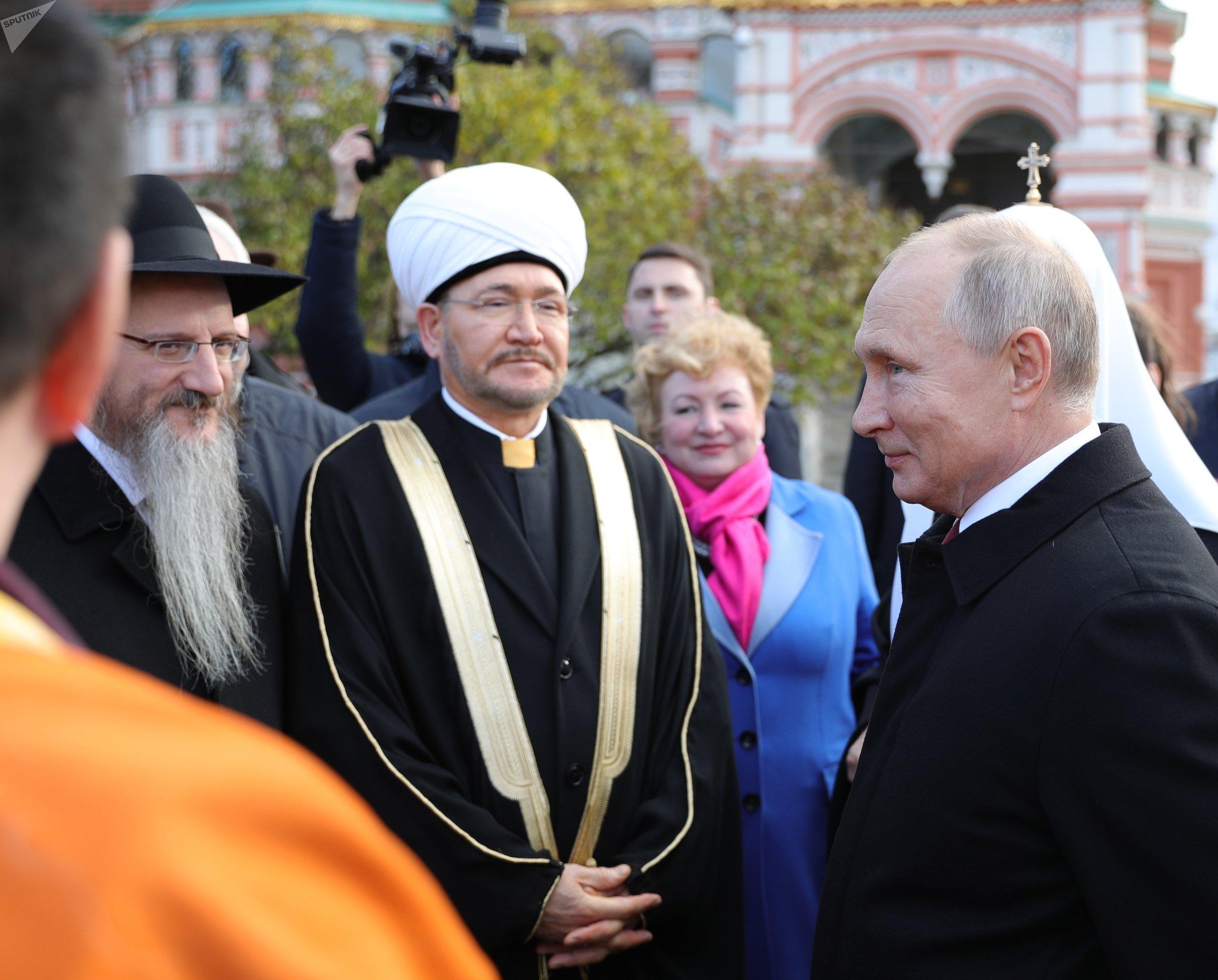 El presidente Vladímir Putin, el rabino principal de Rusia, Berel Lazar, y el presidente del Consejo de Muftíes de Rusia, Ravil Gainutdin.
