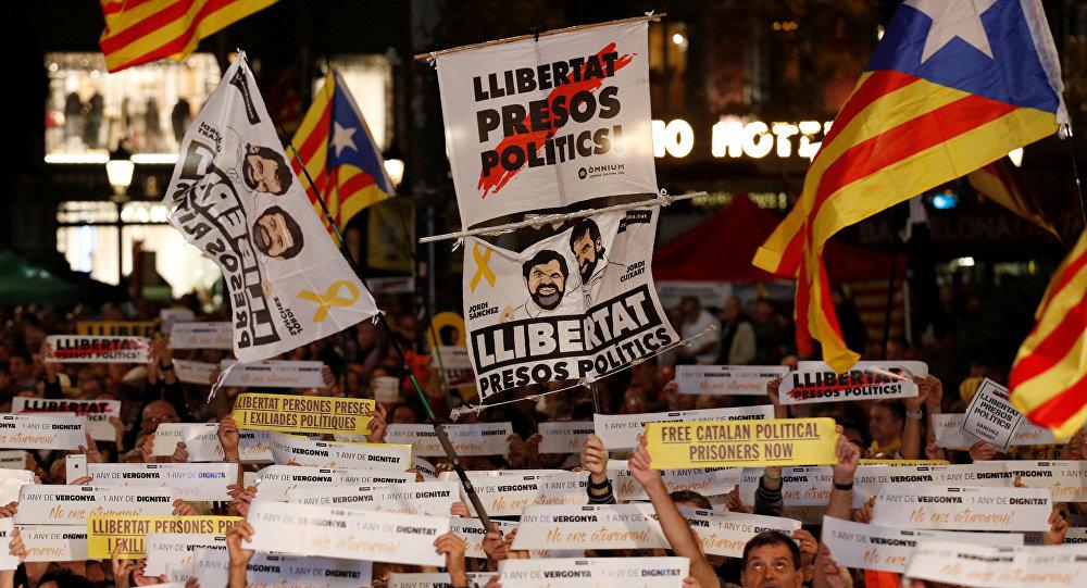 Unos manifestantes exigen la libertad de los independistas presos