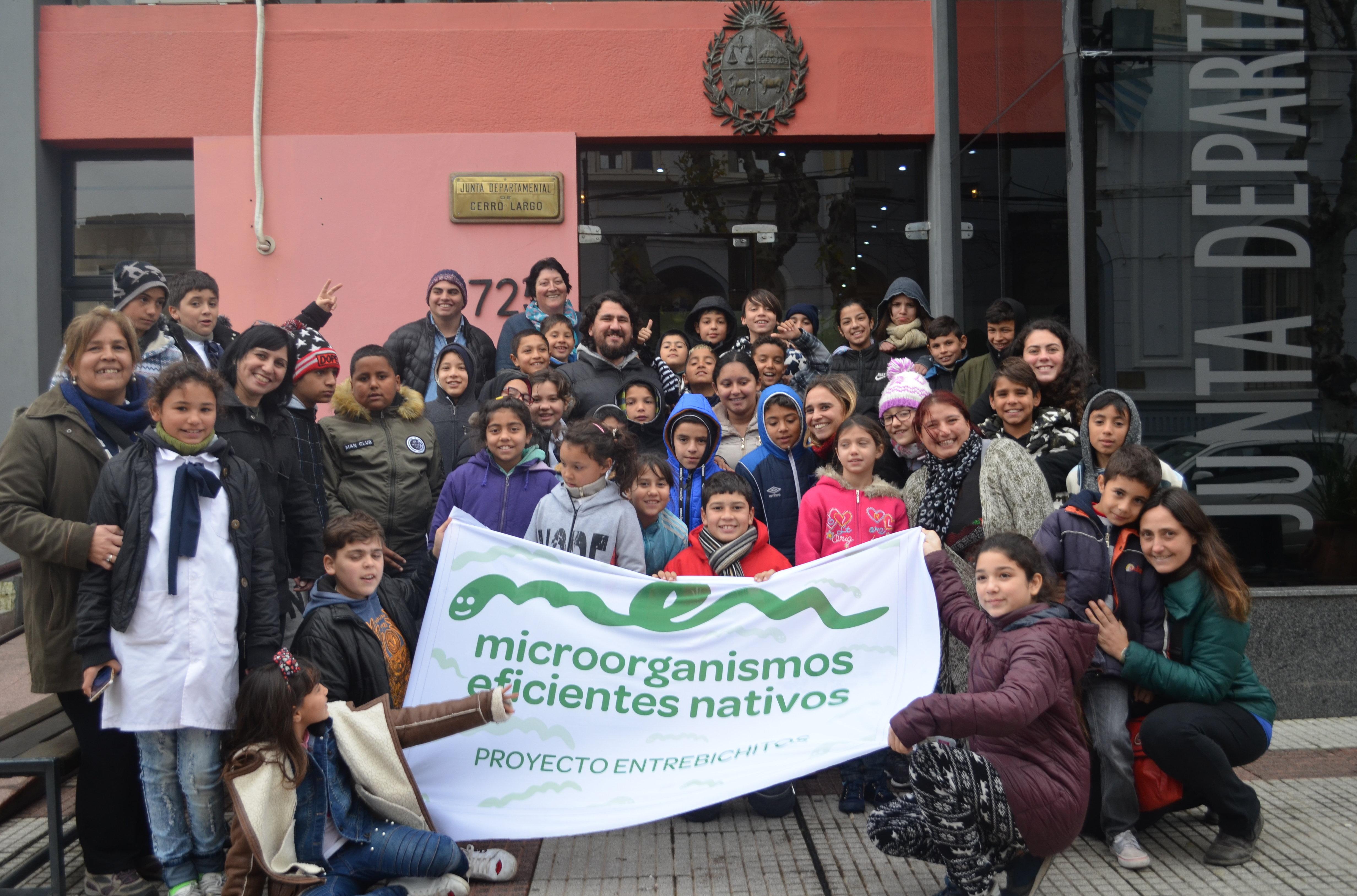 Alumnos y maestros integrantes del proyecto Entre bichitos durante la visita a la Junta Departamental de Cerro Largo