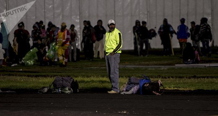 Integrantes del éxodo centroamericano en el campo del estadio Jesús Martínez, Ciudad de México
