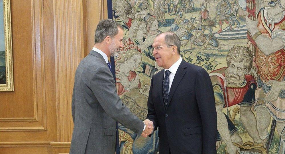 El monarca español, Felipe VI, y el ministro de Asuntos Exteriores de Rusia, Serguéi Lavrov