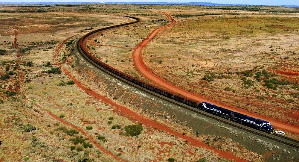 Un tren con mineral de hierro de BHP Billiton pasa por Australia Occidental