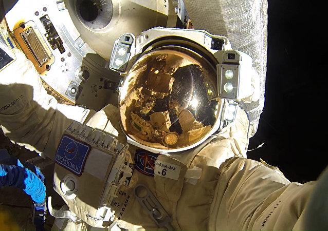 Un cosmonauta ruso en el espacio abierto