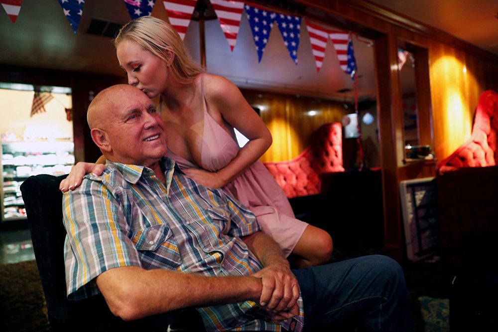 Dennis Hof junto a su novia Misty Matrix,  en su burdel legal Moonlite BunnyRanch en Nevada, Estados Unidos