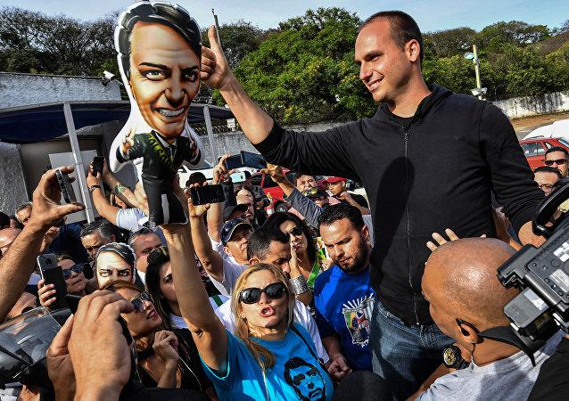 El hijo de Jair Bolsonaro, Eduardo Bolsonaro, en la campaña electoral de su padre