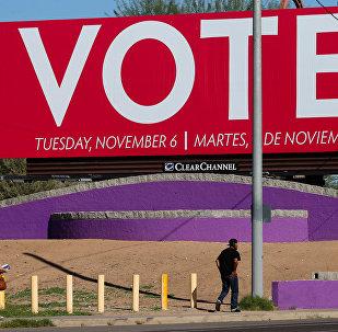 Un cartel que llama a votar en elecciones de medio mandato en EEUU