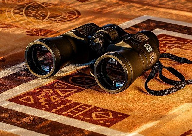 Unos binoculares