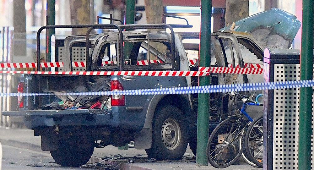 Un vehículo quemado rodeado de cinta policial en la calle Bourke en el centro de Melbourne, Australia