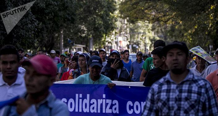 Marcha de los trabajadores internacionales llega a las oficinas del Alto comisionado de las Naciones Unidas para exigir autobuses que los trasladen a la frontera