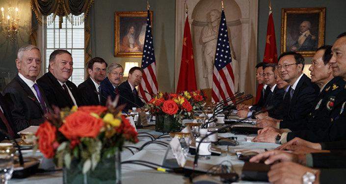 Los secretarios de Estado y de Defensa de EEUU, Mike Pompeo y James Mattis, en una reunión con sus homólogos chinos