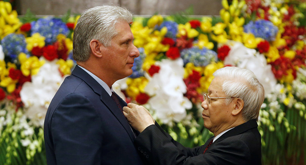 Presidente de Vietnam Nguyen Phu Trong condecora al presidente de Cuba con la orden Ho Chi Minh