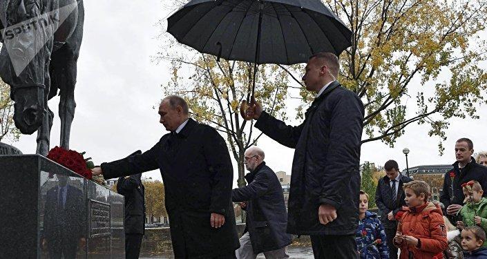 Vladímir Putin deposita una ofrenda floral ante el monumento a los soldados rusos en París