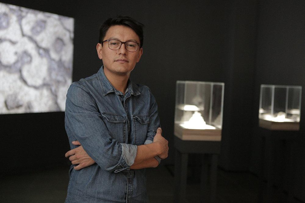 El artista ecuatoriano Paul Rosero Contreras