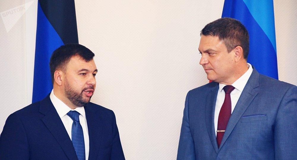 El jefe interino de la autoproclamada República Popular de Donetsk (RPD), Denís Pushilin, y su homólogo de la autoproclamada República Popular de Lugansk (RPL), Leonid Pásechnik