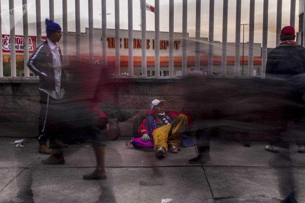 Ciudad de México. Cientos de personas centroamericanas caminan del estadio El Palillo rumbo a Querétaro para descansar y seguir camino hacia EEUU