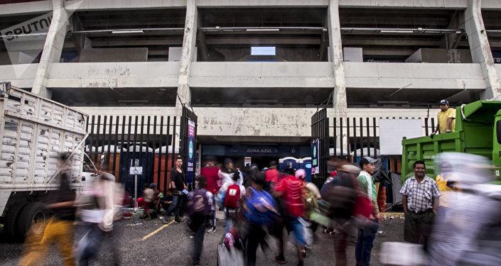 Querétaro. Centroamericanos caminan en el estadio Corregidora, uno de los albergues que el Estado brindó al éxodo. La confusión en los lugares de llegada provocó que el grupo se dispersara