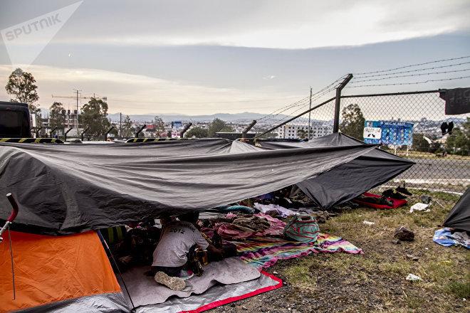 Querétaro. Centroamericanos descansan frente al estadio Corregidora y se preparan para salir rumbo a Guanajuato durante la madrugada