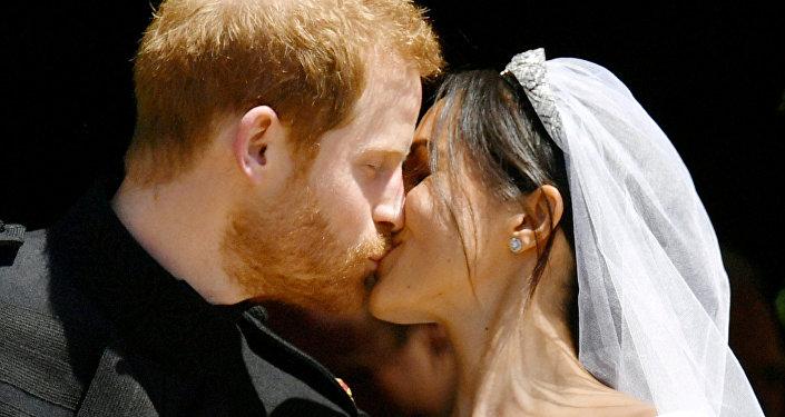 El príncipe Harry y Meghan Markle se besan después de su boda
