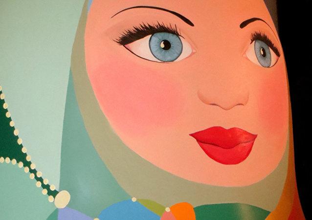 La matrioshka abraza al mundo, en cuyo centro está Rusia. Es, realmente, una madre que cuida al mundo, explica Gina.