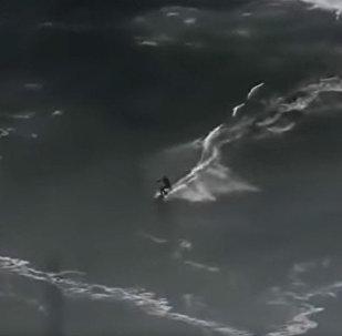 Un surfista sobrevive tras sumergirse bajo una ola de 20 metros