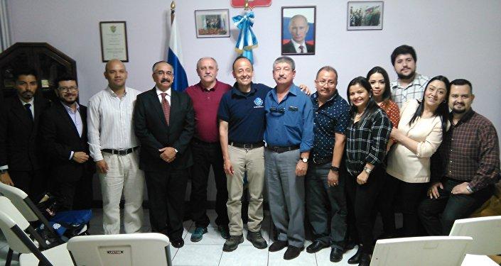 Yuri Usachov con equipo Misión Espacial Guatemala