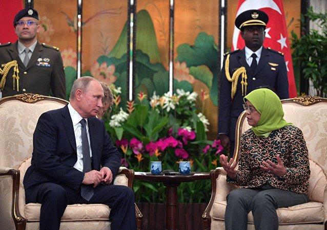 El presidente de Rusia, Vladímir Putin y la mandataria de Singapur, Halimah Yacob