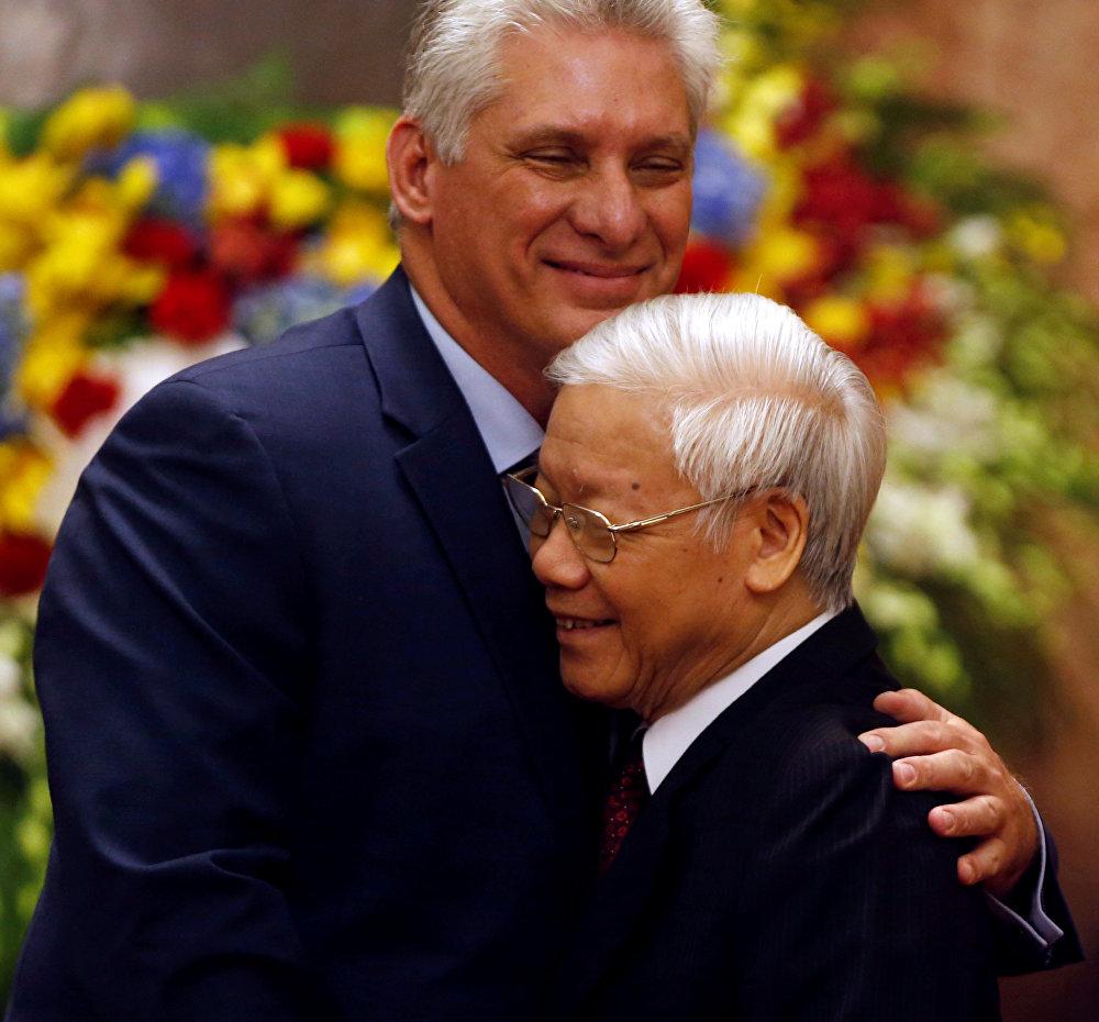 Miguel Díaz-Canel abraza al presidente de Vietnam luego del recibimiento en el Palacio Presidencial de Hanoi