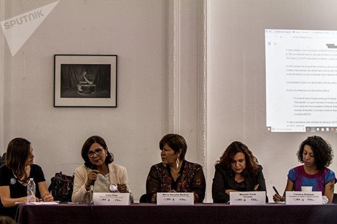 De izquierda a derecha. Alejandra Guillén, periodista investigadora; Lucy Díaz Genao del colectivo Solecito de Veracruz; Mirna Nereida del colectivo Las Rastreadoras del Fuerte, Sinaloa; Marcela Turati periodista y Carolina Robledo del GIASF