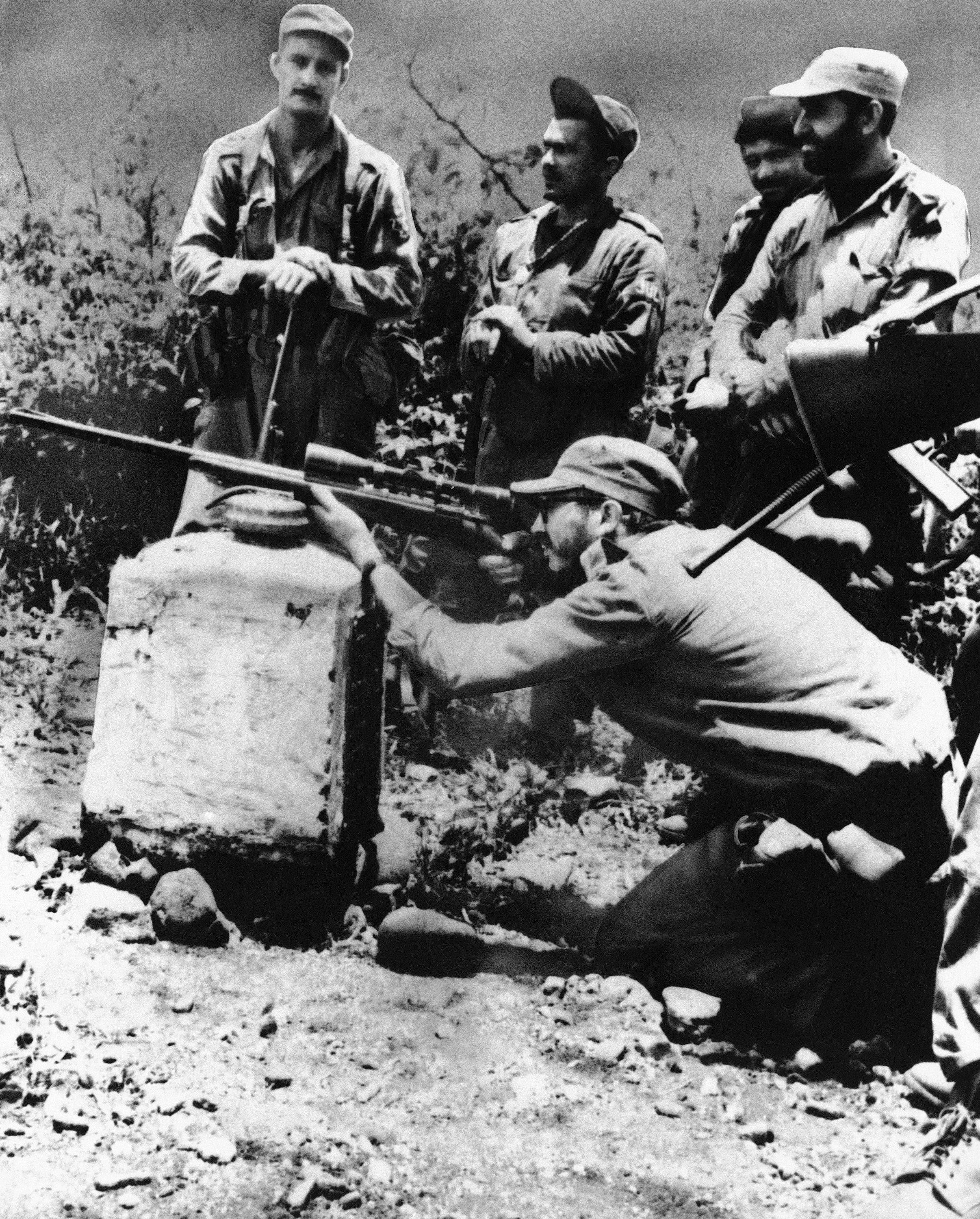 El líder rebelde Fidel Castro en una práctica de tiro con un rifle M-1 con mira telescópica en la Sierra Maestra