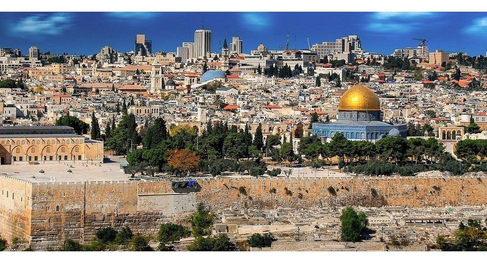Jerusalén es considerada una ciudad sagrada para las tres principales religiones monoteístas del mundo: el judaísmo, el cristianismo y el islam. También es disputada por Palestina e Israel, que consideran la ciudad capital de sus respectivos Estados.