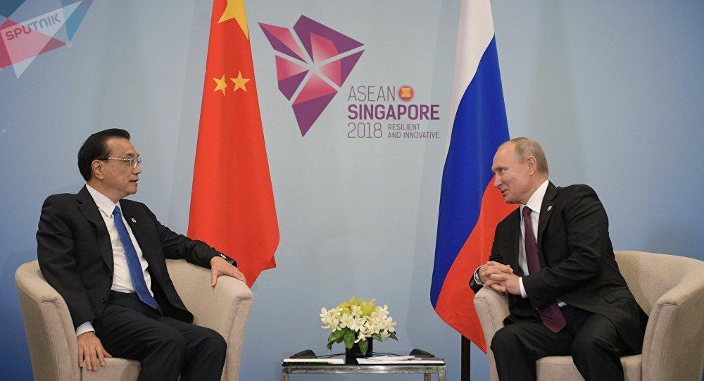El primer ministro de China, Li Keqiang, y el presidente de Rusia, Vladímir Putin durante la reunión en Singapur
