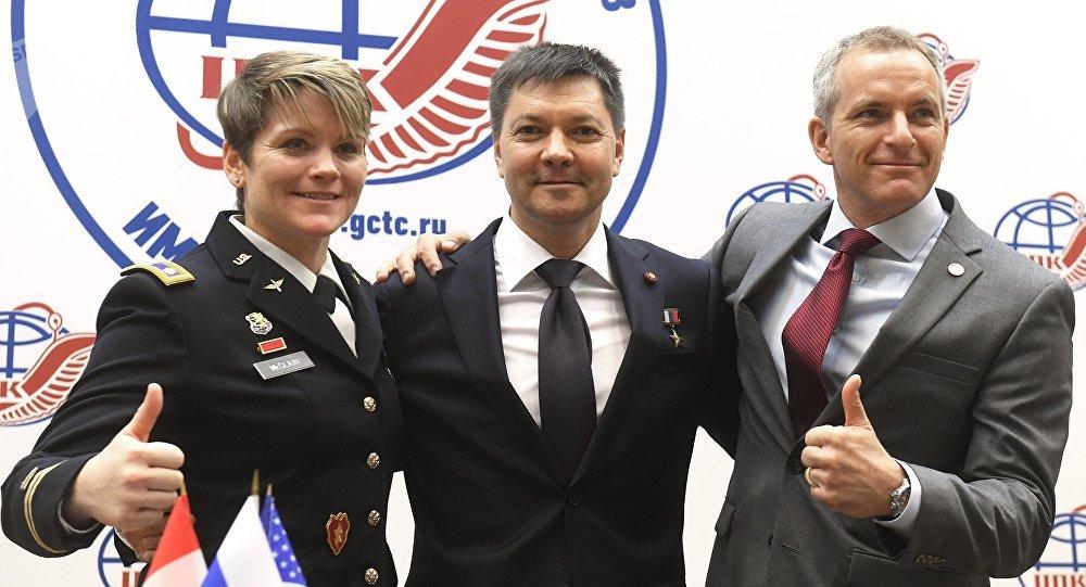 La astronauta estadounidense Anne McClain, el ruso Oleg Kononenko y el canadiense David Saint-Jacques en una rueda de prensa en el Centro de Entrenamiento de Cosmonautas, en las afueras de Moscú
