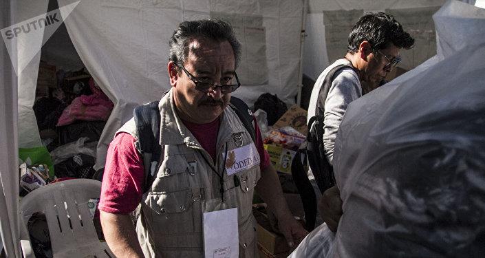 Funcionario coordina los lugares en donde la gente recogerá la ropa donada