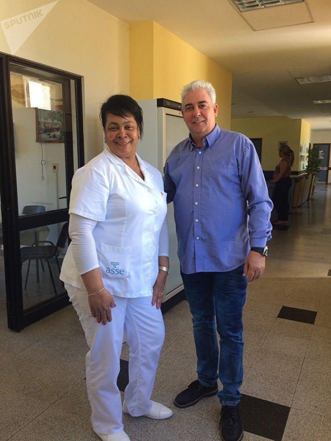 Roberto Castellón, Jefe de la brigada médica cubana en Uruguay junto a una de las colaboradoras