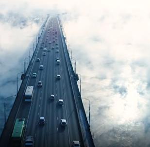 Una niebla 'apocalíptica' se cierne sobre un puente en Rusia