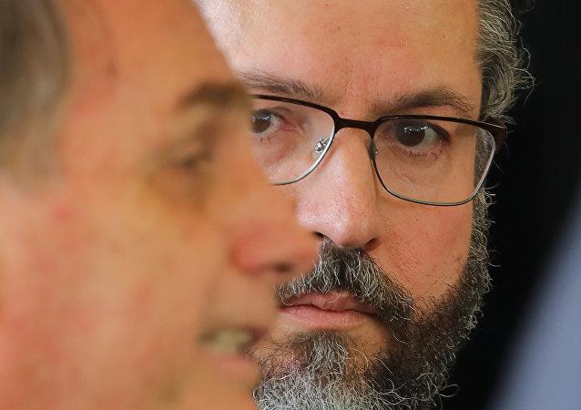 Ernesto Araújo, futuro canciller de Brasil, junto a Jair Bolsonaro, presidente electo.