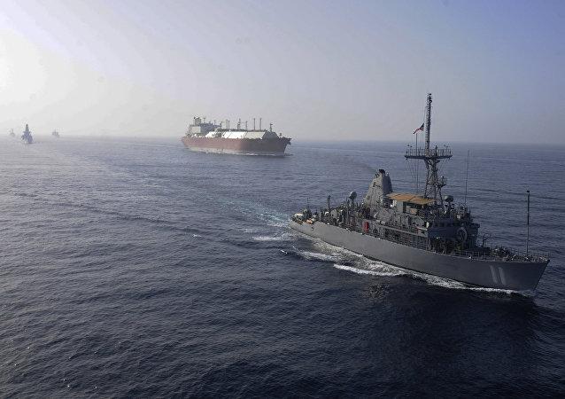 Naves estadounidenses acompañando un gran buque cisterna de gas natural (archivo)