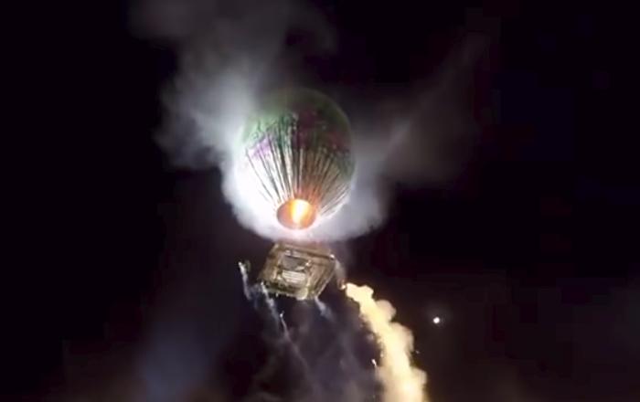Un globo aerostático cargado de fuegos artificiales explota sobre una multitud (vídeo)