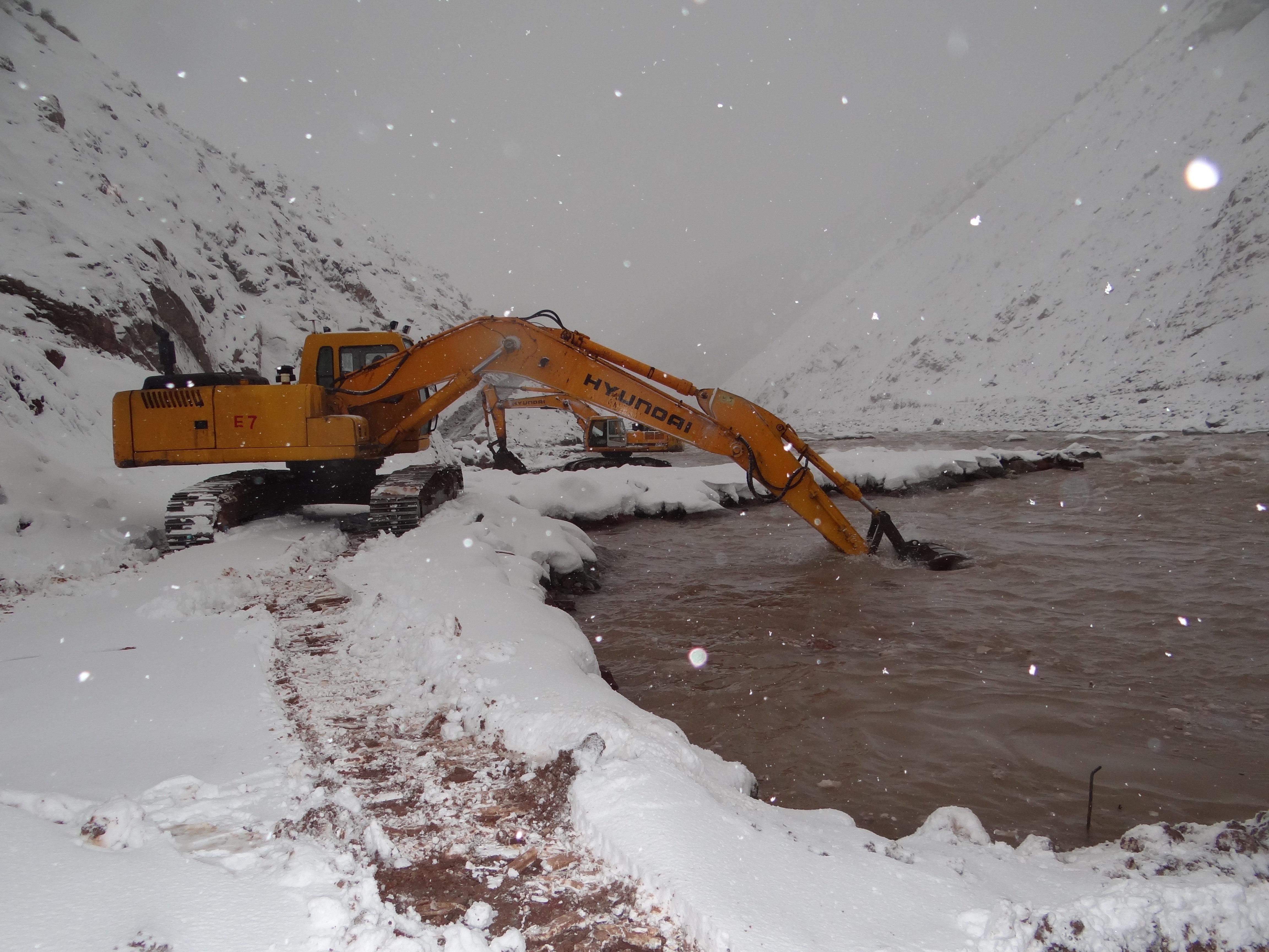 Obreros trabajan en la presa del Rogún, en Tayikistán