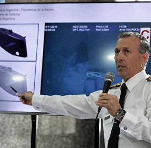 El portavoz de la Armada argentina, Enrique Balbi, enseña las imagenes de los restos del ARA San Juan